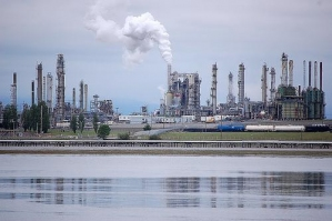 anacortes-oil-refinery.-photo-by-ryan-healy-cc..nar